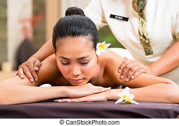 indonesiano, donna, wellness, massaggio, in, terme