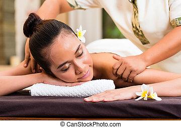 indonesisch, frau, wellnessmassage, in, spa