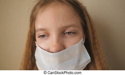 indoor., pandemic., sécurité, monde médical, femme, haut, soi, usure, concept, girl, figure, triste, portrait, santé, coronavirus, fin, peu, masque, isolation., vie, enfant, virus, protecteur, pendant