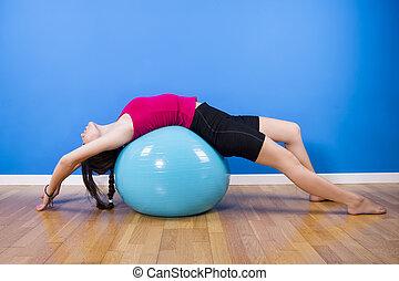indoors., kvinna, exercerande, boll, fitness