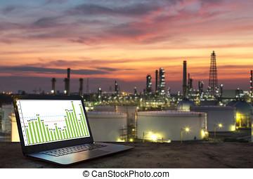 industria, concepto de la corporación mercantil, idea, computador portatil, en, tabla de madera, con, refinería de petróleo, plano de fondo