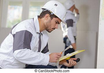 industria costruzione, lavoratore, con, attrezzi, intonacare, pareti