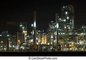 industria petroquímica, por la noche