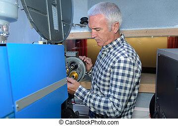 industrial, engenheiro, inspeccionando, um, máquina