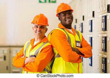 industrial, engenheiros, com, braços cruzaram, em, planta...