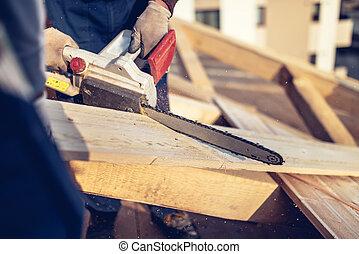 industrial, trabajadores construcción, corte, madera, madera, con, chainsaw., hombres, cortar con la sierra, utilizar, eléctrico, chainsaw, en, techo, construcción
