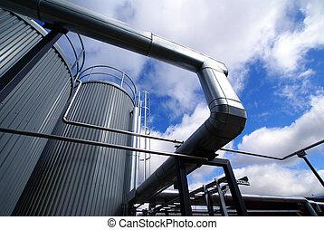 industrial, tubagem, e, tanques, contra, céu azul