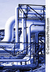 industrial, tuberías, en, pipe-bridge, contra, cielo azul, en, tono azul