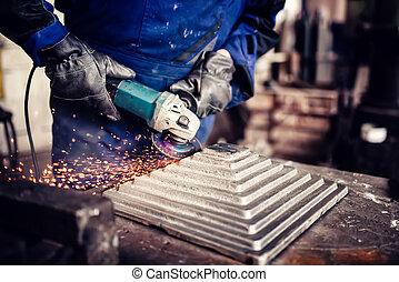 industriale, ingegnere, lavorando, taglio, uno, metallo, e, sbarra d'acciaio, con, angolo, macinatore, metallurgico, fabbrica, dettagli