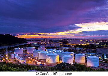 industriebedrijven, olie, tanks, op, ondergaande zon