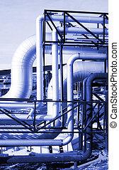 industriebedrijven, pijpleidingen, op, pipe-bridge, tegen, blauwe hemel, in, blauwe toon