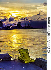 industriebedrijven, water, ondergaande zon