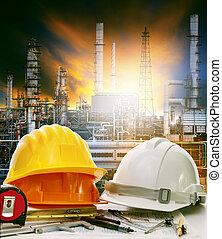 industriebereiche, schwer , arbeitende , ölraffinerie, tisch, ingenieur, gebrauch, pflanze