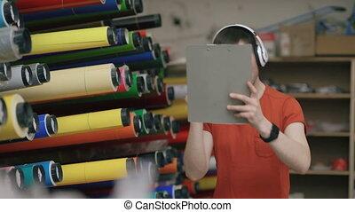 industriel, écoute, work., danse, écouteurs, ouvrier, jeune, workplace., entrepôt, musique, amusez-vous, pendant, heureux, homme
