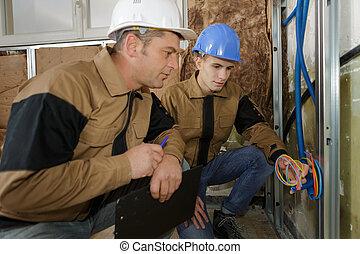industriel, électricien, câble, constructeur, deux, installation, ouvriers