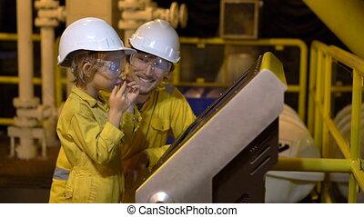 industriel, coup, jaune, liquéfié, slowmotion, casque, peu, jeune regarder, plate-forme, plante, huile, deux, lunettes, essence, screen., environnement, uniforme, homme, garçon, travail, ou