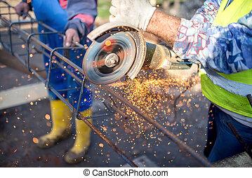 industriel, ingénieur, travailler, découpage, a, métal, et, barre acier, à, angle, broyeur, site construction, détails