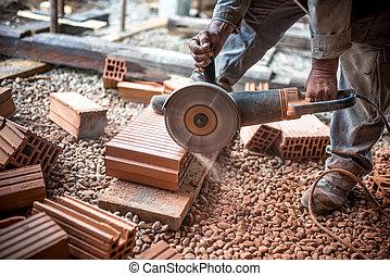 industriel, ingénieur, travailler, découpage, briques, à, site construction, utilisation, a, broyeur, électrique, scie mitre, à, dièse, circulaire, lame