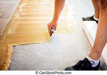 industrieller arbeiter, hinzufügen, klebstoff, auf, festigen boden, vorbereiten, oberfläche, für, holz, parkett