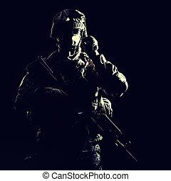 infantryman, noc, podczas, wojskowy, działanie, uzbrojony