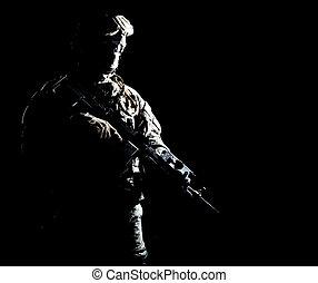 infantryman, nuit, pendant, militaire, opération, armé