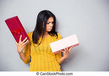 infeliz, mulher jovem, segurando, caixa presente