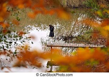 infeliz, niña joven, delante de, el, otoño, paisaje