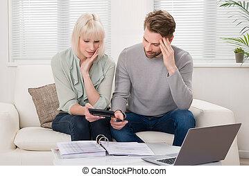 infeliz, pareja, calculador, cuentas