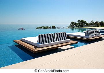 infinité, piscine, par, plage, à, les, moderne, luxe, hôtel,...