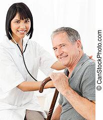 infirmière, à, elle, patient, regarder appareil-photo