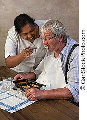 infirmière, alimentation, homme âgé