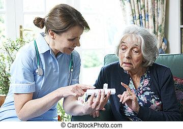 infirmière, conseiller, femme aînée, sur, médicament, chez soi