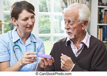 infirmière, conseiller, homme aîné, sur, médicament, chez soi