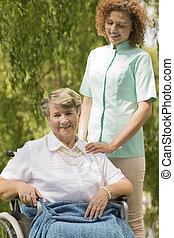 infirmière, fauteuil roulant, personne âgée femme, séance
