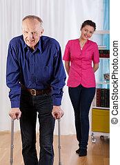 infirmière, montres, comme, handicapé, essayer, marcher