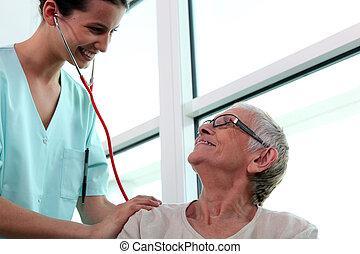 infirmière, personne âgée femme, ausculter
