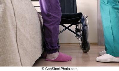 infirmière, portion, personne agee, femme rendue infirme, mettre, elle, dans, fauteuil roulant