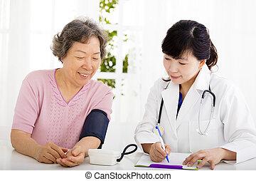 infirmière, vérification, femme aînée, tension artérielle