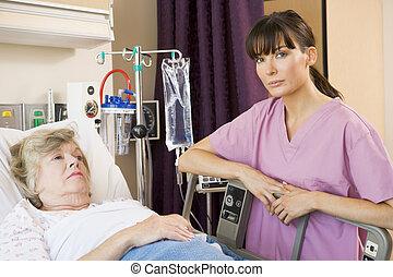 infirmière, vérification, haut, sur, patient, coucher dans...