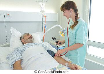 infirmière, vérification, malade, tension artérielle
