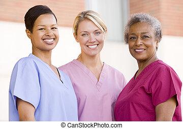 infirmières, debout, dehors, hôpital