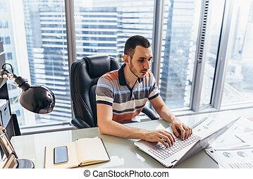 informação, escritório, trabalhando, sentando, laptop, escrivaninha, procurar, homem negócios, internet, usando