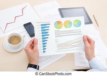 informacja, analizując, wykres, biznesmen