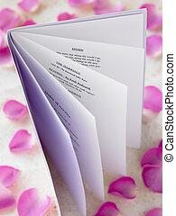 informatieboekje , trouwfeest, omringde, rozenblaadjes