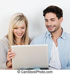 information, couple, lecture, ordinateur portable, sourire