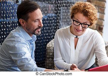 information, femme, ordinateur portable, deux âges, discuter, homme