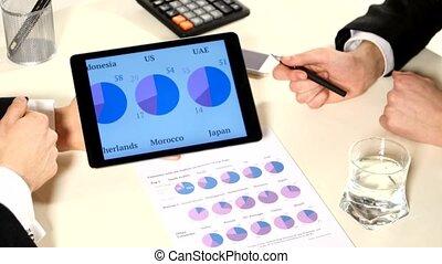 information, haut, meeting:, business, développer, document, discussion, tablette, projet, graphiques, important, analyser, tel, fin, données, marché