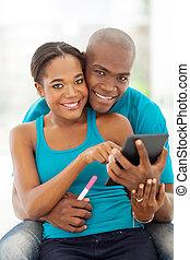 information, tablette, couple, mariés, regarder, américain, informatique, africaine, grossesse