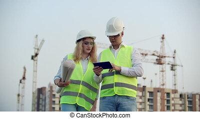informatique, bâtiment, femme, long, dessins, concept, pc, site., tablette, business, construction, sourire, constructeurs, industrie, hardhat, technologie, gens, constructeur, -