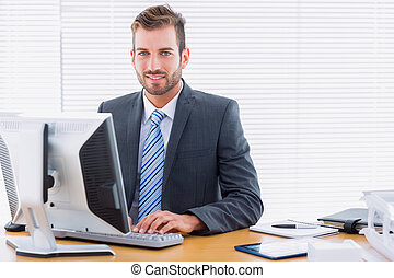 informatique, bureau, utilisation, homme affaires, bureau, jeune